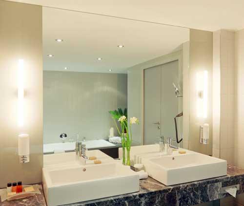 gro e spiegel im bad m bellexikon. Black Bedroom Furniture Sets. Home Design Ideas